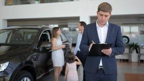 Κλειδιά για τη νέα μηχανή στα χέρια του πωλητή, επιτυχής διαπραγμάτευση με την πώληση της μηχανής, πορτρέτο του πωλητή στην αίθου απόθεμα βίντεο