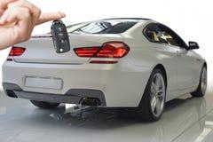 Κλειδιά εκμετάλλευσης χεριών για το νέο αυτοκίνητο Στοκ φωτογραφία με δικαίωμα ελεύθερης χρήσης