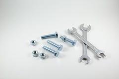Κλειδιά, μπουλόνια και καρύδια σε ένα άσπρο υπόβαθρο στοκ φωτογραφίες με δικαίωμα ελεύθερης χρήσης