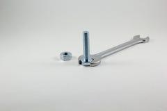 Κλειδιά, μπουλόνι και καρύδι σε ένα άσπρο υπόβαθρο στοκ φωτογραφίες με δικαίωμα ελεύθερης χρήσης