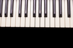 Κλειδιά πιάνων στο ξύλινο μουτζουρωμένο υπόβαθρο για το διάστημα αντιγράφων στοκ φωτογραφίες