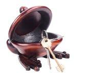 Κλειδιά στο ξύλινο κύπελλο Στοκ Εικόνες