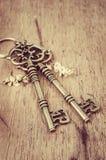 Κλειδιά στο ξύλινο υπόβαθρο Στοκ φωτογραφία με δικαίωμα ελεύθερης χρήσης