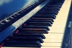 Κλειδιά του παλαιού εκλεκτής ποιότητας πιάνου Στοκ φωτογραφία με δικαίωμα ελεύθερης χρήσης