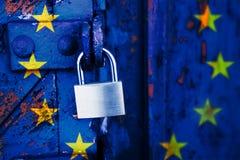Κλειδωμένη Ευρώπη, λουκέτο σε μια παλαιά ξύλινη πόρτα που χρωματίζεται στοκ φωτογραφία με δικαίωμα ελεύθερης χρήσης