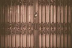 Κλειδωμένη νέα πόρτα Στοκ φωτογραφία με δικαίωμα ελεύθερης χρήσης