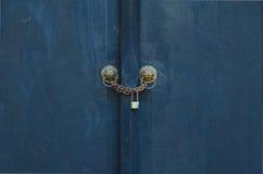 Κλειδωμένη ξύλινη μαύρη μπλε πόρτα χρωμάτων Στοκ Φωτογραφία