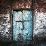 Κλειδωμένη παλαιά και διαστισμένη πόρτα σιδήρου Στοκ φωτογραφίες με δικαίωμα ελεύθερης χρήσης