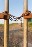 Κλειδωμένη φράκτης κατακόρυφος αλυσίδων Στοκ εικόνα με δικαίωμα ελεύθερης χρήσης