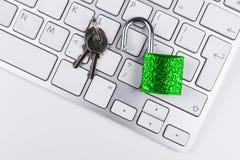 Κλειδωμένο χρηματοκιβώτιο υπολογιστών από τον ιό ή malware την επίθεση Φορητός προσωπικός υπολογιστής που προστατεύεται από το σε Στοκ Εικόνα