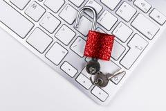Κλειδωμένο χρηματοκιβώτιο υπολογιστών από τον ιό ή malware την επίθεση Φορητός προσωπικός υπολογιστής που προστατεύεται από το σε Στοκ Φωτογραφίες