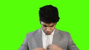 Κλειδώνω-στον πυροβολισμό ενός νέου επιχειρηματία που μιλά στο κινητό τηλέφωνο ενάντια σε πράσινο backgroundLocked-στον πυροβολισ απόθεμα βίντεο
