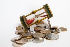 Κλεψύδρα και νομίσματα Στοκ φωτογραφία με δικαίωμα ελεύθερης χρήσης
