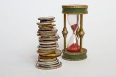 Κλεψύδρα και νομίσματα Στοκ Φωτογραφία