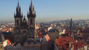 Κλιμένες στέγες και γοτθικοί κώνοι της παλαιάς πόλης της Πράγας μια ηλιόλουστη ημέρα, Δημοκρατία της Τσεχίας 4K παν βίντεο επισκό απόθεμα βίντεο
