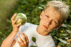Κλιμένος πυροβολισμός του ξανθού και μπλε eyed αγοριού με τη σφαίρα Στοκ εικόνα με δικαίωμα ελεύθερης χρήσης