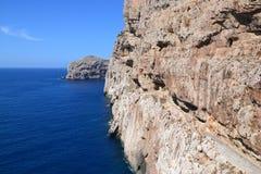 Κλιμακοστάσιο κατά μήκος των απότομων βράχων - Σαρδηνία, Ιταλία Στοκ εικόνες με δικαίωμα ελεύθερης χρήσης