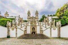 Κλιμακοστάσιο μέσω των ιερών οστών και της εκκλησίας Bom Ιησούς do Monte σε Tenoes κοντά στη Braga - την Πορτογαλία Στοκ Φωτογραφίες