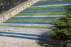 Κλιμακοστάσιο με τα ζωηρόχρωμα σκαλοπάτια Στοκ Εικόνες