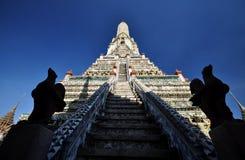 Κλιμακοστάσιο στον ουρανό σε Wat Arun Στοκ Φωτογραφίες
