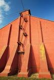 Κλιμακοστάσιο στον τούβλινο τοίχο στο σαφή μπλε ουρανό Στοκ Φωτογραφία