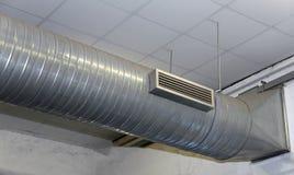 Κλιματισμός και θέρμανση με τη σωλήνωση ανοξείδωτου σε ένα wo στοκ εικόνες