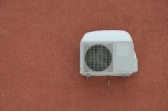 Κλιματιστικό μηχάνημα στον κόκκινο τοίχο Στοκ Εικόνα