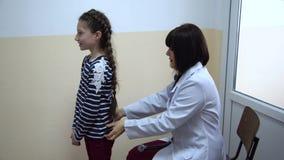 κλινική Ο γιατρός εξετάζει ένα μικρό κορίτσι φιλμ μικρού μήκους