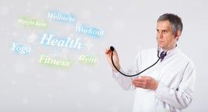 Κλινικός γιατρός που δείχνει την υγεία και την ικανότητα στοκ φωτογραφίες με δικαίωμα ελεύθερης χρήσης