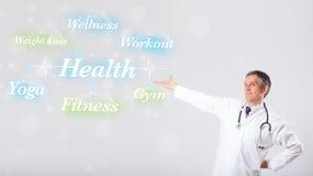 Κλινικός γιατρός που δείχνει τη συλλογή υγείας και ικανότητας του wor στοκ φωτογραφίες
