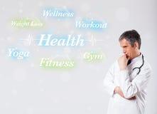 Κλινικός γιατρός που δείχνει τη συλλογή υγείας και ικανότητας του wor στοκ εικόνα