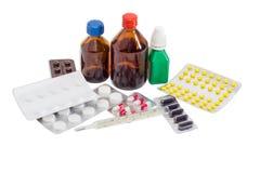 Κλινικό θερμόμετρο και διάφορα μπουκάλια και πακέτο φουσκαλών του MED Στοκ Εικόνα