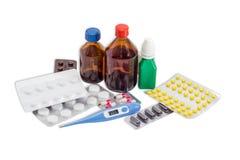 Κλινικό θερμόμετρο και διάφορα μπουκάλια και πακέτο φουσκαλών του MED Στοκ Εικόνες