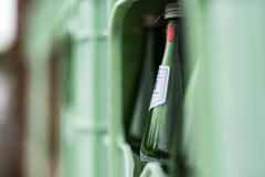 Κλουβί με τα μπουκάλια νερό Στοκ Φωτογραφία