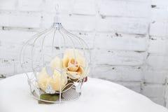 Κλουβί με τα λουλούδια Στοκ φωτογραφία με δικαίωμα ελεύθερης χρήσης