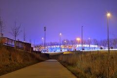 Κλουβιά κόκα κόλα, βελγικός κλάδος στη Γάνδη τη νύχτα και γήπεδο ποδοσφαίρου χώρων ghalemco Στοκ Φωτογραφία