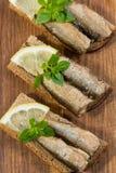 Κλυπέες που βρίσκονται στο ψωμί pumpernickel Στοκ Φωτογραφίες