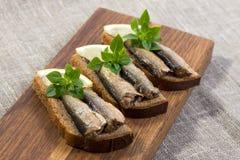 Κλυπέες που βρίσκονται στο ψωμί pumpernickel Στοκ Εικόνες
