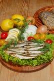 Κλυπέες, που καπνίζονται, σαλάτα, λεμόνι, κρεμμύδια, ντομάτες Στοκ φωτογραφίες με δικαίωμα ελεύθερης χρήσης