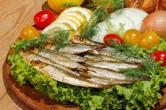 Κλυπέες, που καπνίζονται, σαλάτα, λεμόνι, κρεμμύδια, ντομάτες Στοκ φωτογραφία με δικαίωμα ελεύθερης χρήσης