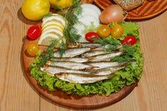 Κλυπέες, που καπνίζονται, σαλάτα, λεμόνι, κρεμμύδια, ντομάτες Στοκ Εικόνες