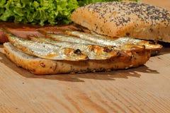 Κλυπέες, που καπνίζονται, σαλάτα, λεμόνι, κρεμμύδια, ολόκληρο ψωμί σίτου Στοκ Φωτογραφίες