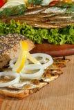 Κλυπέες, που καπνίζονται, σαλάτα, λεμόνι, κρεμμύδια, ολόκληρο ψωμί σίτου Στοκ εικόνες με δικαίωμα ελεύθερης χρήσης