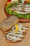 Κλυπέες, που καπνίζονται, σαλάτα, λεμόνι, κρεμμύδια, ολόκληρο ψωμί σίτου Στοκ Εικόνες