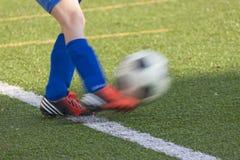 Κλωτσά ένα ποδόσφαιρο Στοκ φωτογραφίες με δικαίωμα ελεύθερης χρήσης