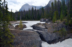 Κλωτσώντας ποταμός αλόγων, φυσική γέφυρα, Π.Χ., Καναδάς στοκ φωτογραφία
