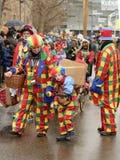 Κλόουν γυναικών με τον κλόουν αγοριών στην παρέλαση καρναβαλιού, Στουτγάρδη στοκ εικόνες