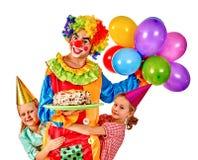 Κλόουν με το κέικ εκμετάλλευσης baloon στην ομάδα γενεθλίων Στοκ Φωτογραφίες