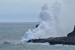 Λάβα που λειώνει με τη θάλασσα στοκ εικόνα