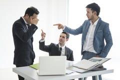 Λάθος ανθρώπων σημείου επιχειρησιακών ομάδων της εργασίας Σοβαρά συζητώντας Στοκ Φωτογραφίες